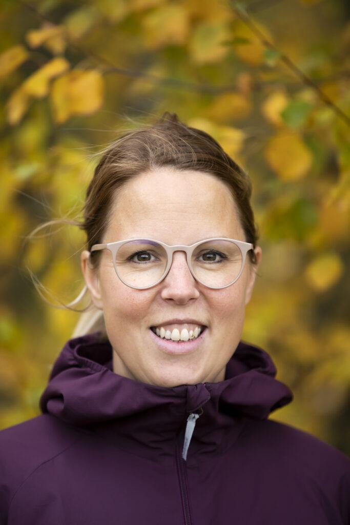 Person som står framför björk fotograf: Susanne Kvarnlöf