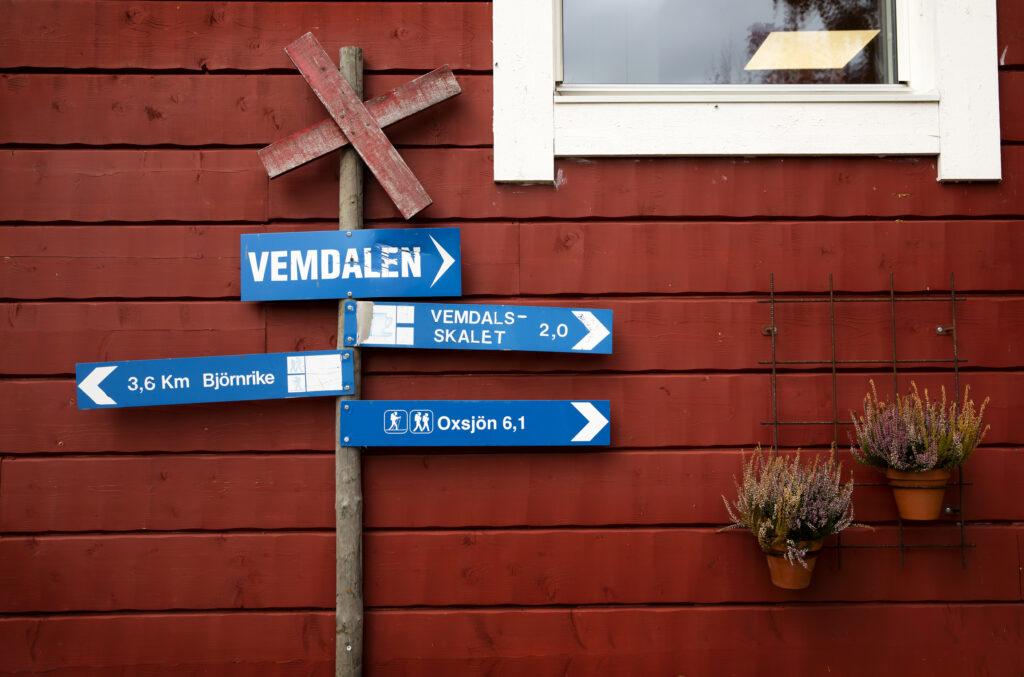 Ledkryss med skyltar mot ett hus fotograf: Susanne Kvarnlöf