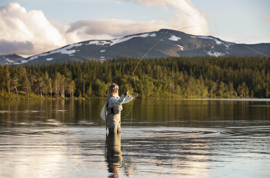 Person som flugfiskar framför ett fjäll Foto: Susanne Kvarnlöf