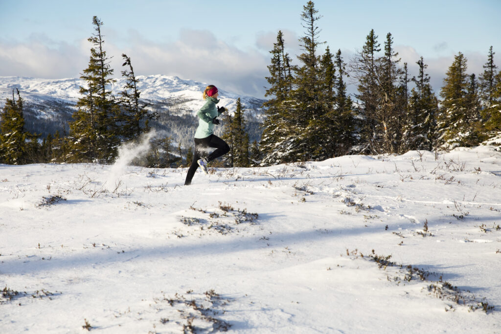 Person som springer på fjället i Åre Foto: Susanne Kvarnlöf