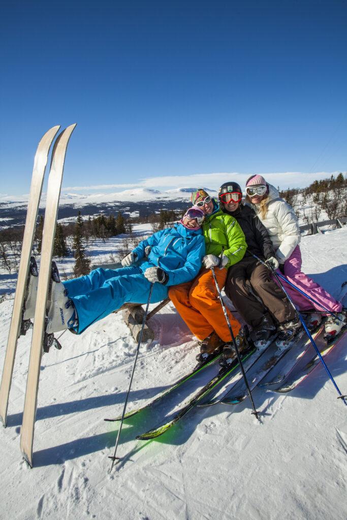Fyra personer i en slalombacke