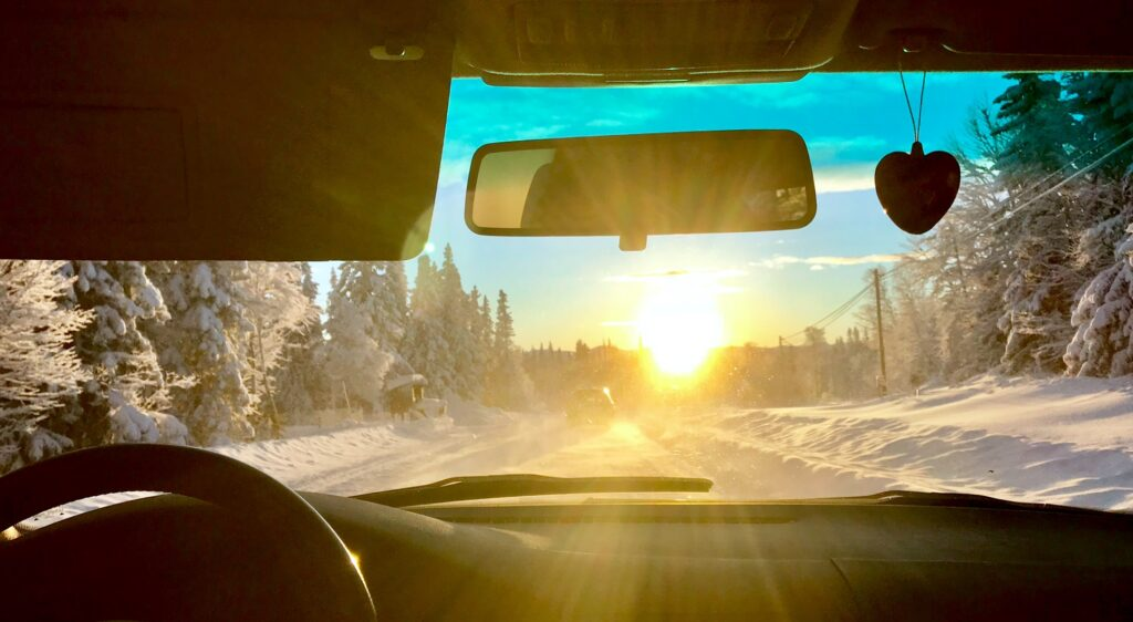 Motljusbild från en bil som kör på en vinterväg
