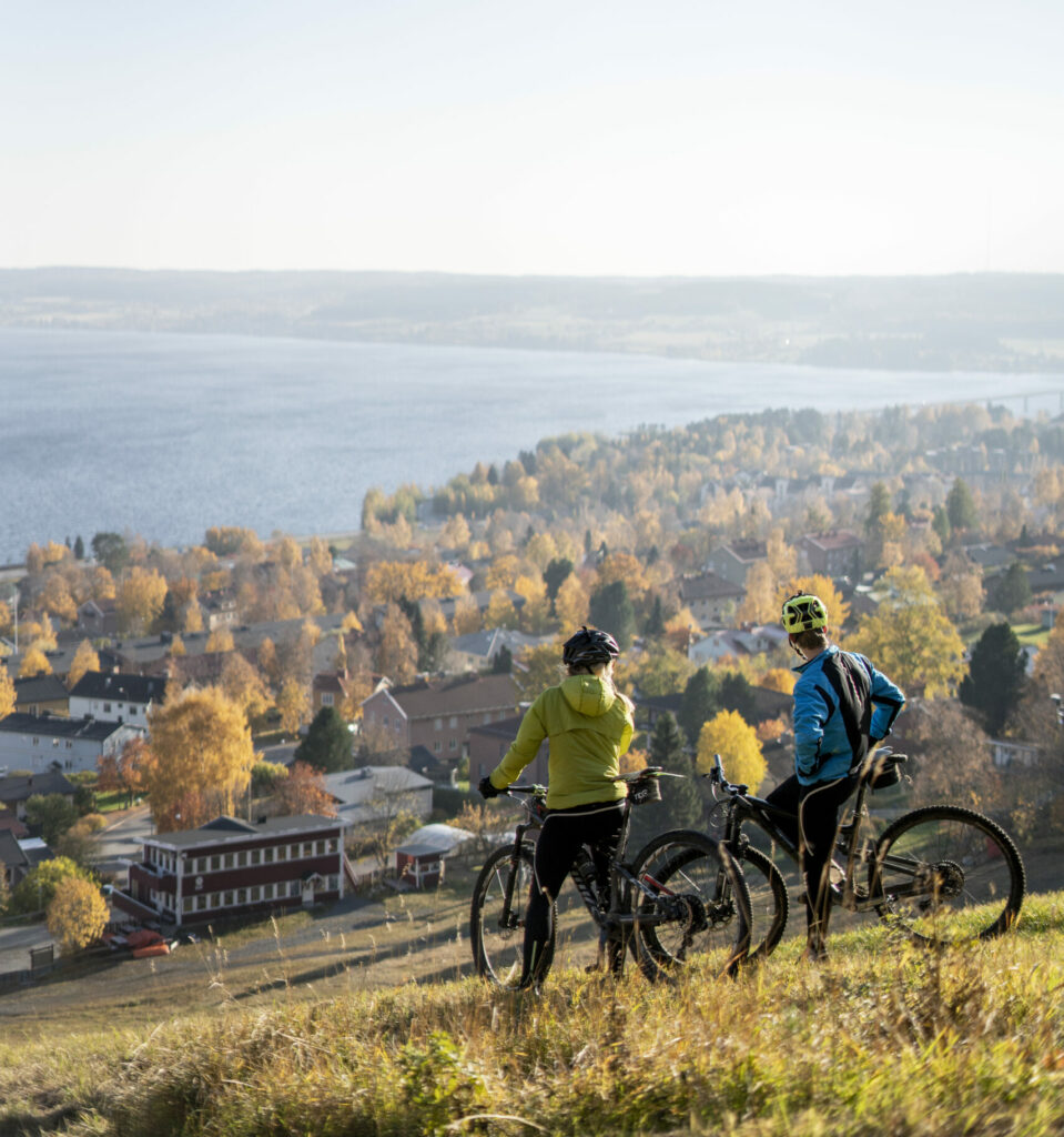 Två cyklister står och tittar ut mot vyn