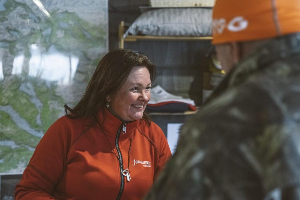 En kvinna pratar med kunder