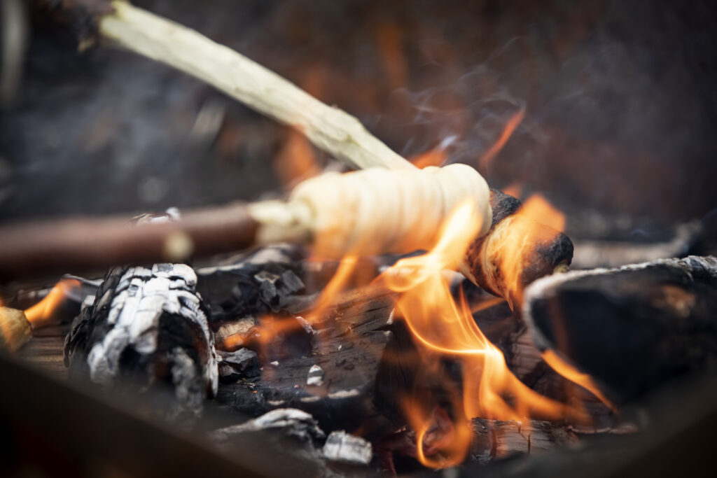 Pinnbröd som grillas i eld