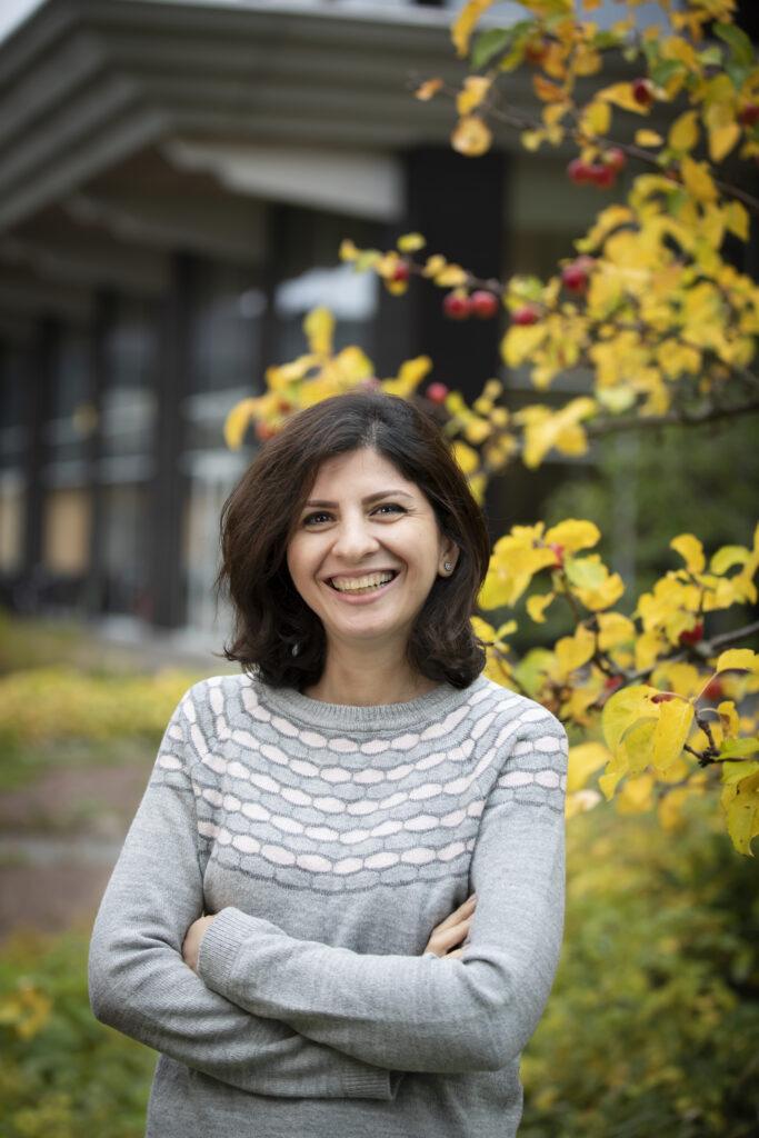 Porträtt av en kvinna som skrattar och tittar in i kameran