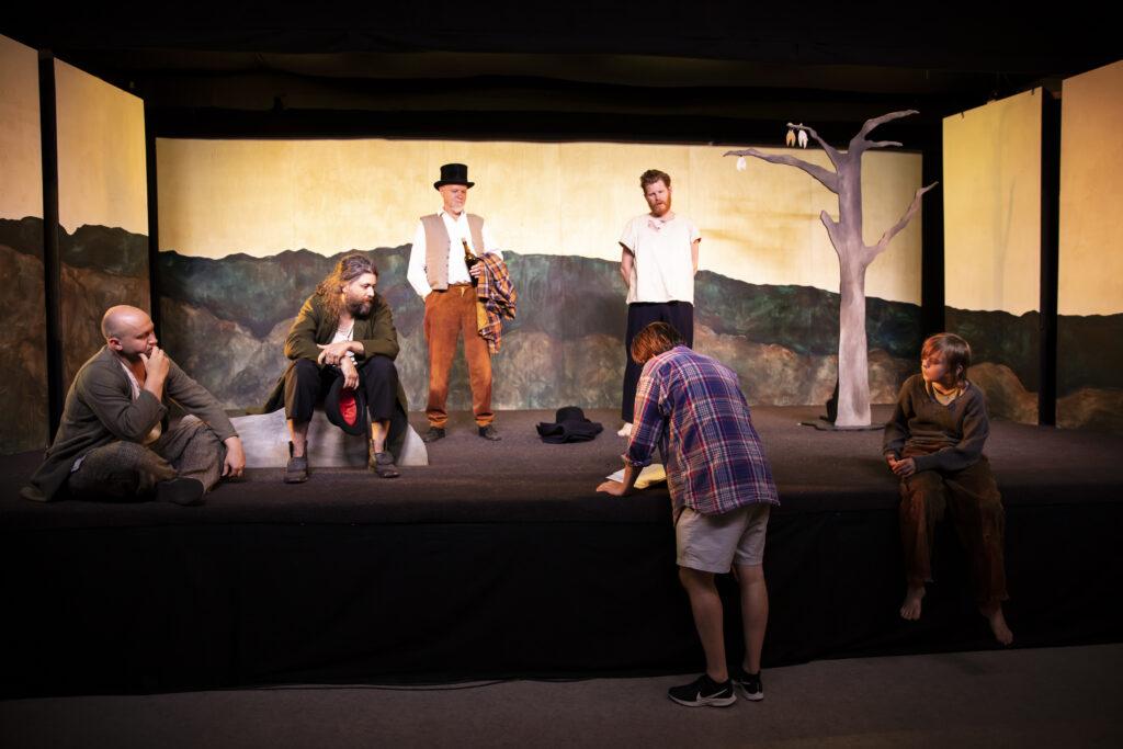 Sex personer är vid en scen och får instruktioner från regissören.
