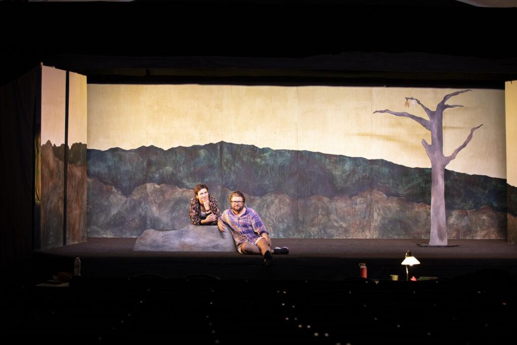 Två personer sitter på en scen