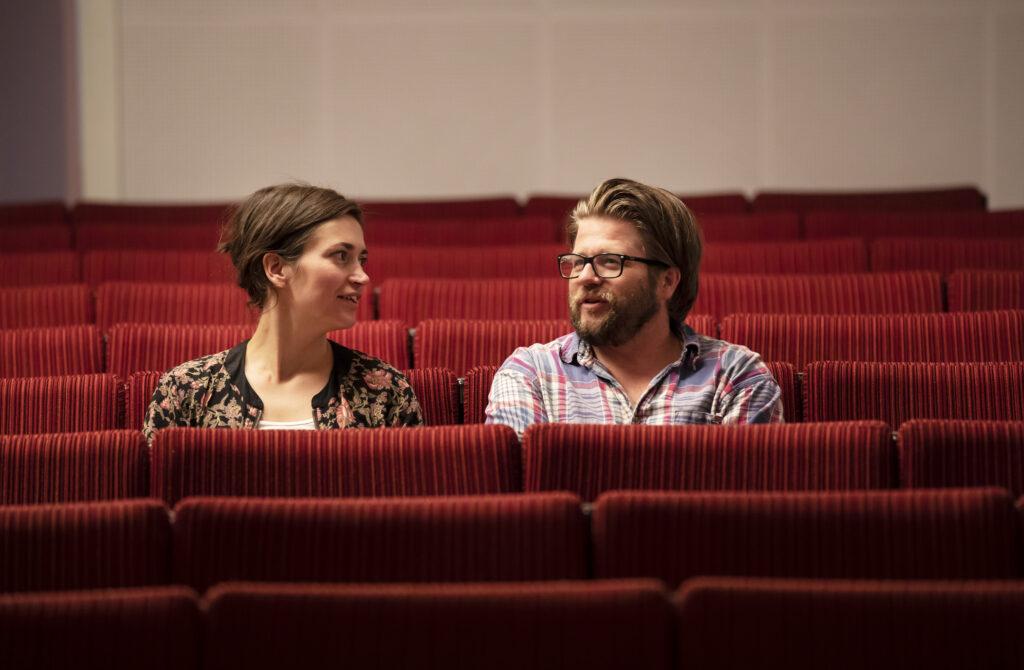 Två personer samtalar i en biosalong